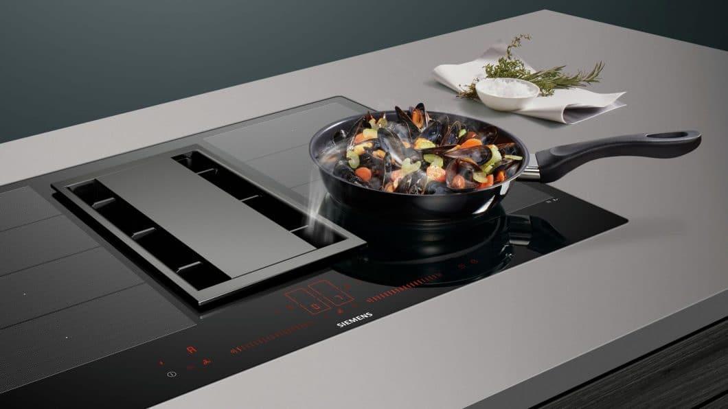 """Eine entscheidende Funktion haben die beiden Siemens Kochfelder gemeinsam: der sogenannte """"powerMove"""" unterteilt das Kochfeld in mehrere Hitzezonen, zwischen denen durch bloßes Verschieben des Kochgeschirrs mal angebraten, mal gewärmt werden kann - wie in der Profiküche auch. (Foto: Siemens Hausgeräte)"""