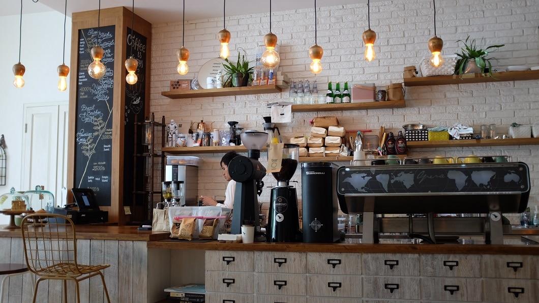Auch in Restaurants und Coffeeshops wird immer öfter der angesagte Industrial-Look eingesetzt: Warmer Kaffee und weiche Buns zwischen rauen Fassaden. (Foto: Nafinia Putra)