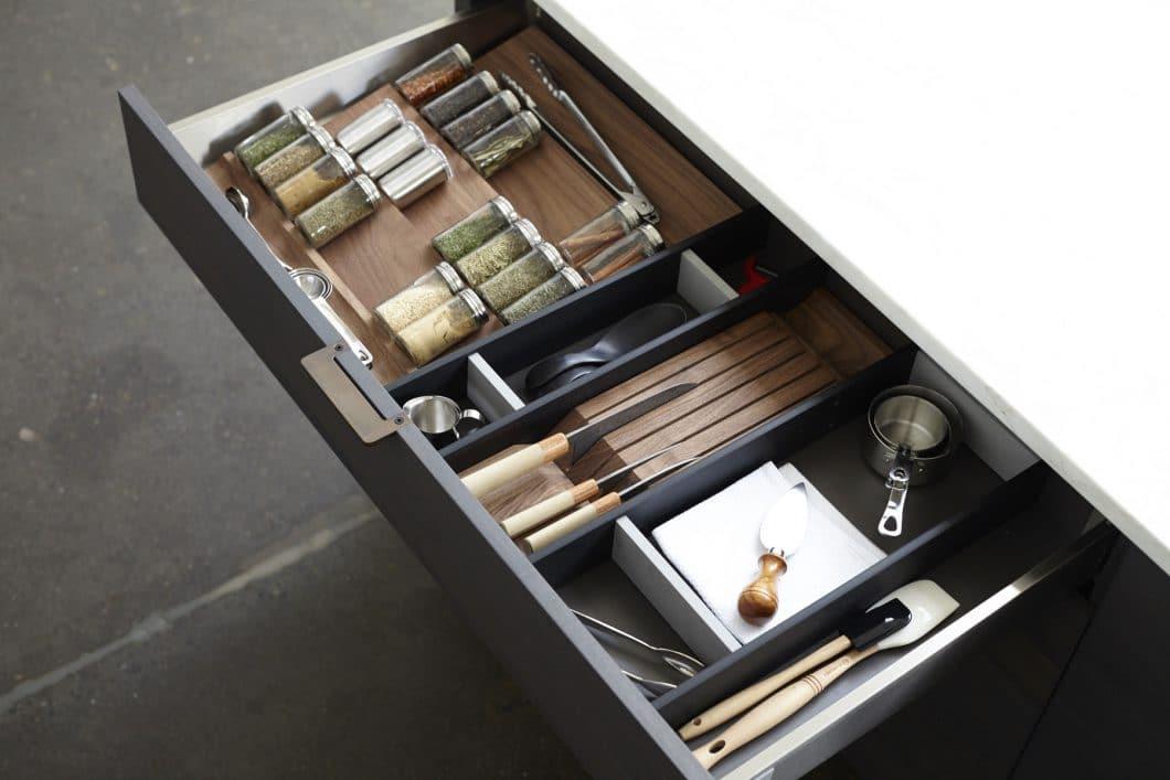 """Die sogenannten """"Interior Components"""" von Henrybuilt können variabel als Ordnungssystem in Schubladen, Küchenschränken oder Abfallsystemen eingesetzt werden. Alles hat seinen Platz. (Foto: Henrybuilt)"""