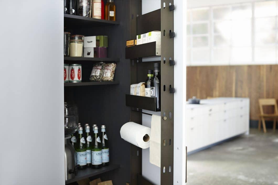 Individuell versetzbare Boxen im Inneren des Schranks, in denen Lebensmittel gelagert werden und übersichtlich-schnell zur Hand sind: Die Ideen von Henrybuilt lassen sich rasch in die Realität umsetzen. (Foto: Henrybuilt)