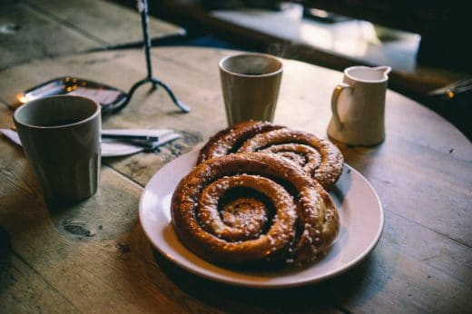 Typisch schwedische Zimtschnecken, sogenannte Kanelbullar // cinnamon buns. (Foto: Josh Wilburne)