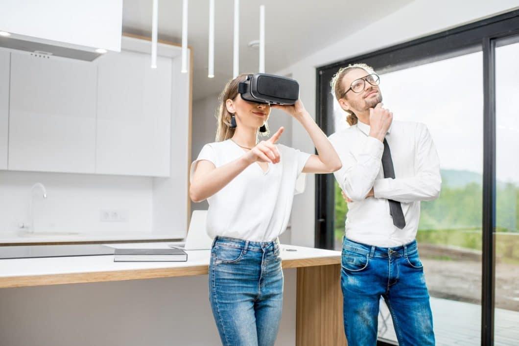"""Mit dem Einsatz von Virtual Reality in der Küchenplanung können Kunden sich das Endergebnis später viel besser vorstellen und """"real"""" erleben. VR ist die Zukunft für Küchenplaner und Innenarchitekten. (Foto: Olena Kachmar)"""