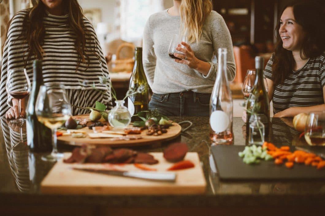 Am Ende landet man ja doch wieder in der Küche: auch auf Weihnachtspartys oder Treffen mit alten Freunden entstehen die besten Geschichten am eigenen Küchentisch. (Foto: Kelsey Chance)