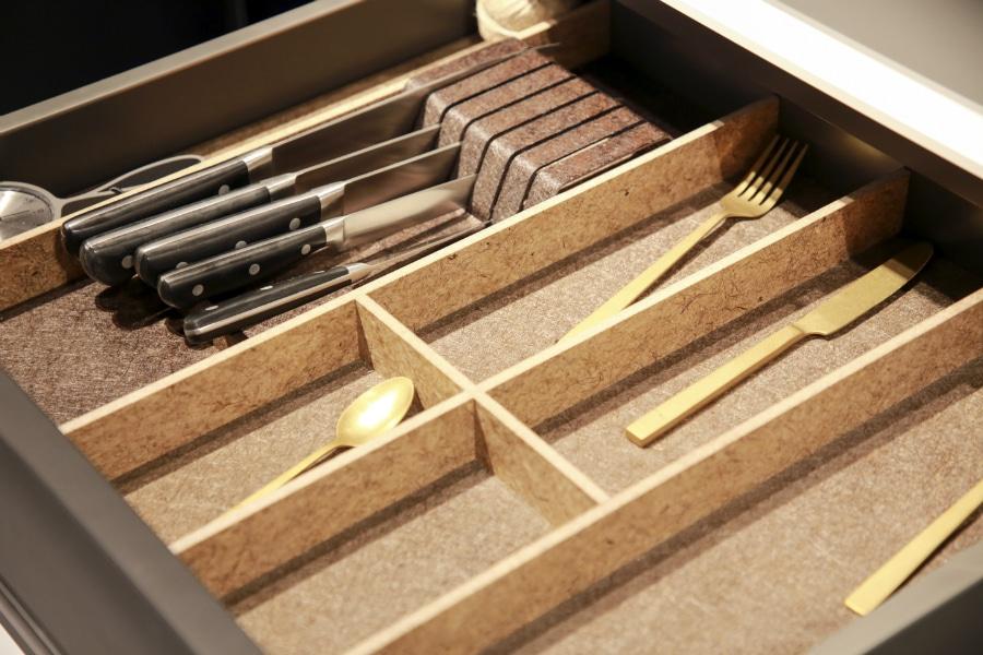 Küchenschubladen aus Bastfasern? Ja, denn Nachhaltigkeit bei Küchenutensilien heißt vor allem Praktikabilität - da muss die Optik nicht immer im Vordergrund stehen. Ein erster Schritt ist mit Kesseböhmers Ansatz gemacht. (Foto: Kesseböhmer Interzum)