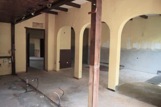 """Kaum zu glauben: Dieser erste Anblick hatte Architekt Swen Burgheim auf Anhieb überzeugt, die richtige Immobilie für seine Klienten gefunden zu haben. Die Kneipe """"Schluckspecht"""" (Foto: Swen Burgheim)"""