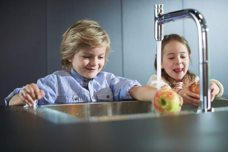 Dank des kinderleichten Kippschalters können auch die kleinsten schon spielerisch leicht den Umgang mit Wasser erlernen. (Foto: hansgrohe/ Stylepark)