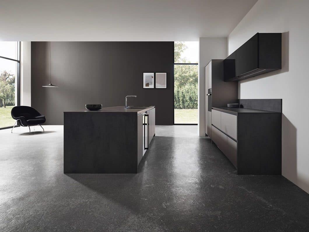 Der gesamte Spülbereich inklusive Armatur rückt in den Fokus der Küchenplanung: hier wird rundherum geschnippelt, gekocht, gespült und gesäubert. Alles findet zentral an einem Ort statt. (Foto: hansgrohe)