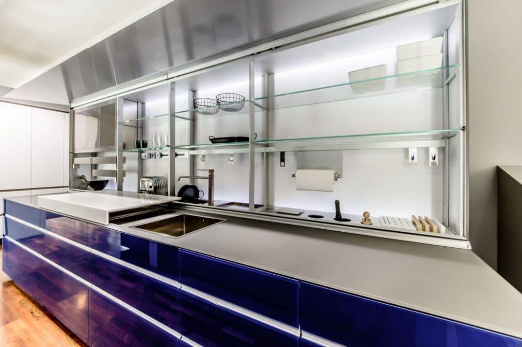 Ausstellungsküchen sollen dem Kunden die Planungsmöglichkeiten einer Küche eröffnen - und sind dafür besonders robust (hier: mit Glas) und detailliert bestückt. (Ausstellungsküche: Dross & Schaffer Ludwig 6, München, Valcucine)