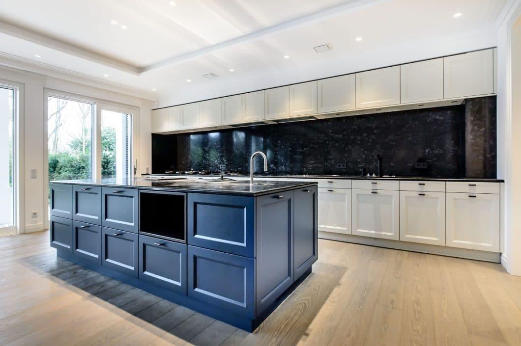 """Das kräftige """"Classic Blue"""" kommt sogar im Küchenraum gut zur Geltung: es lässt sich hochwertig zu Naturstein und hellen- sowie Holztönen kombinieren. (Foto: selektionD)"""