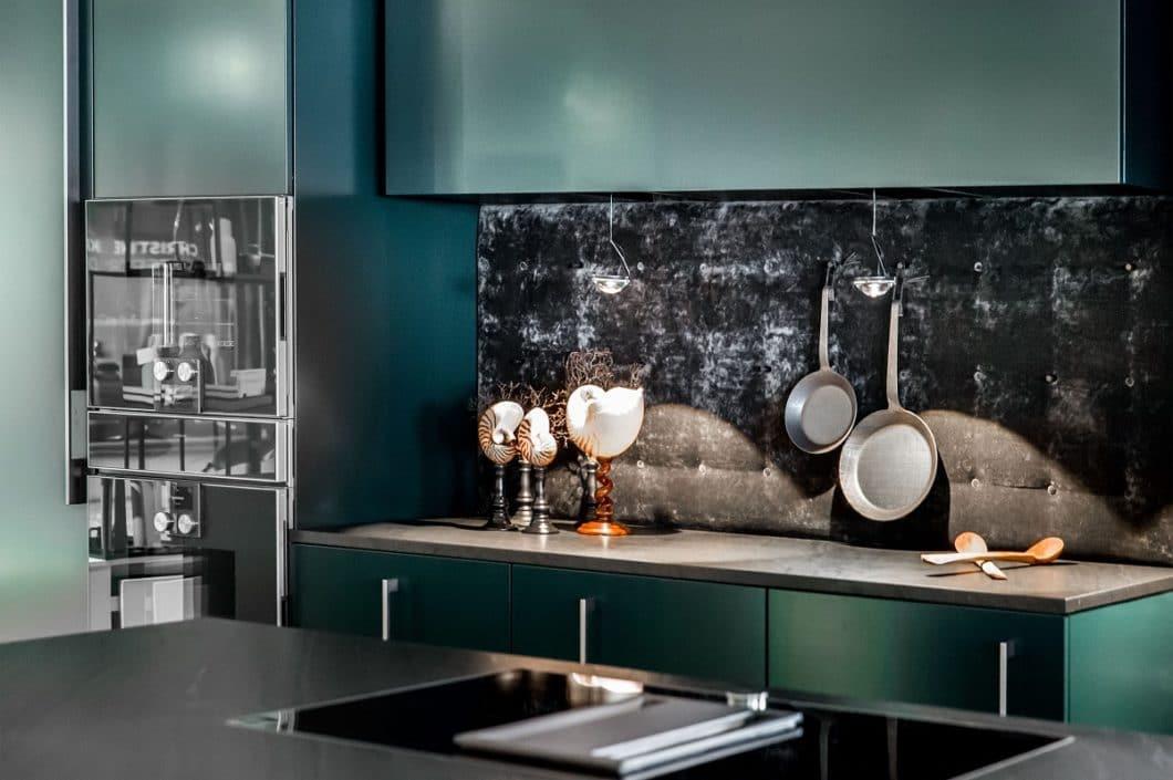 """Wie stark man den Einfluss der """"Goldenen 20er Jahre"""" in der Küche zulässt, entscheidet jeder selbst. Oftmals sind kleine Details schon hochattraktiv und heben eine Küche ab, beispielsweise wie diese Küchenrückwand aus Samt. (Foto: Dross & Schaffer Ludwig 6)"""