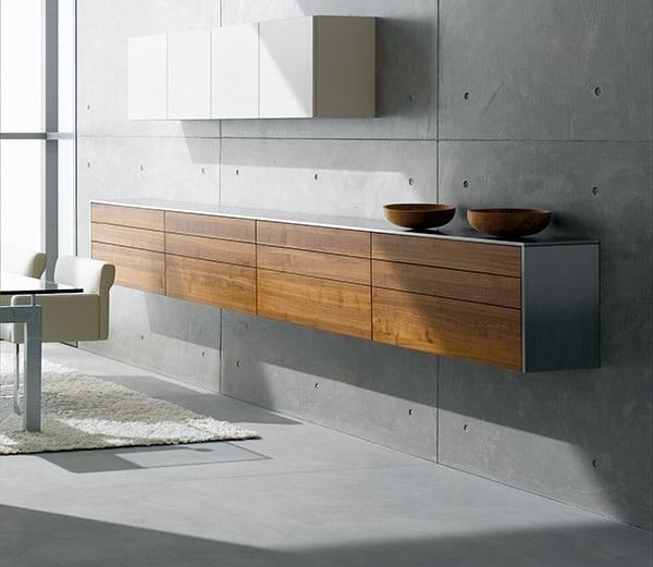 eggersmann lässt das Sideboard für die Küche schweben und kombiniert damit ein funktionales Möbelstück mit hochwertiger Ästhetik. (Foto: eggersmann)