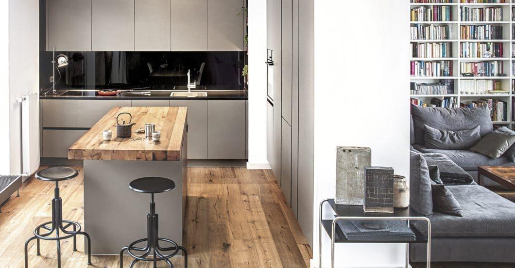 """Die Küche bleibt auch in 2019 offen geschnitten. Das """"Broken Plan Living"""" sorgt aber erstmals seit Jahren wieder dafür, dass Zwischenwände und Schränke den Raum dezent begrenzen. (Foto: Dross & Schaffer München Ost)"""