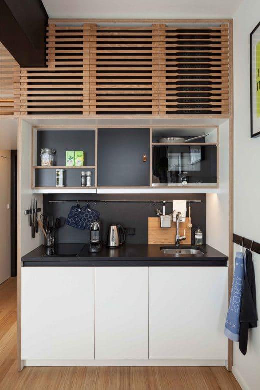 Die puristisch-schöne Einbauküche ist ausgestattet mit hochwertigen Siemens-Einbaugeräten, z.B. einem Geschirrspüler und einer Mikrowelle. (Foto: livezoku.com)