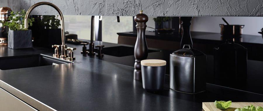 Glas als Küchenrückwand reflektiert die Helligkeit in der Küche und wirkt besonders mit nur angedeutetem, schmalen Spritzschutz edel und hochwertig. (Foto: Lechner)