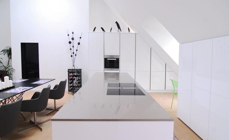 Maßgefertigte Küchen, die sich optimal an Dachschrägen und sonstige Herausforderungen anpassen: Auch kleine Küchen können vom Fachberater optimal ausgestattet werden. (Foto: Küchenwerkstatt)