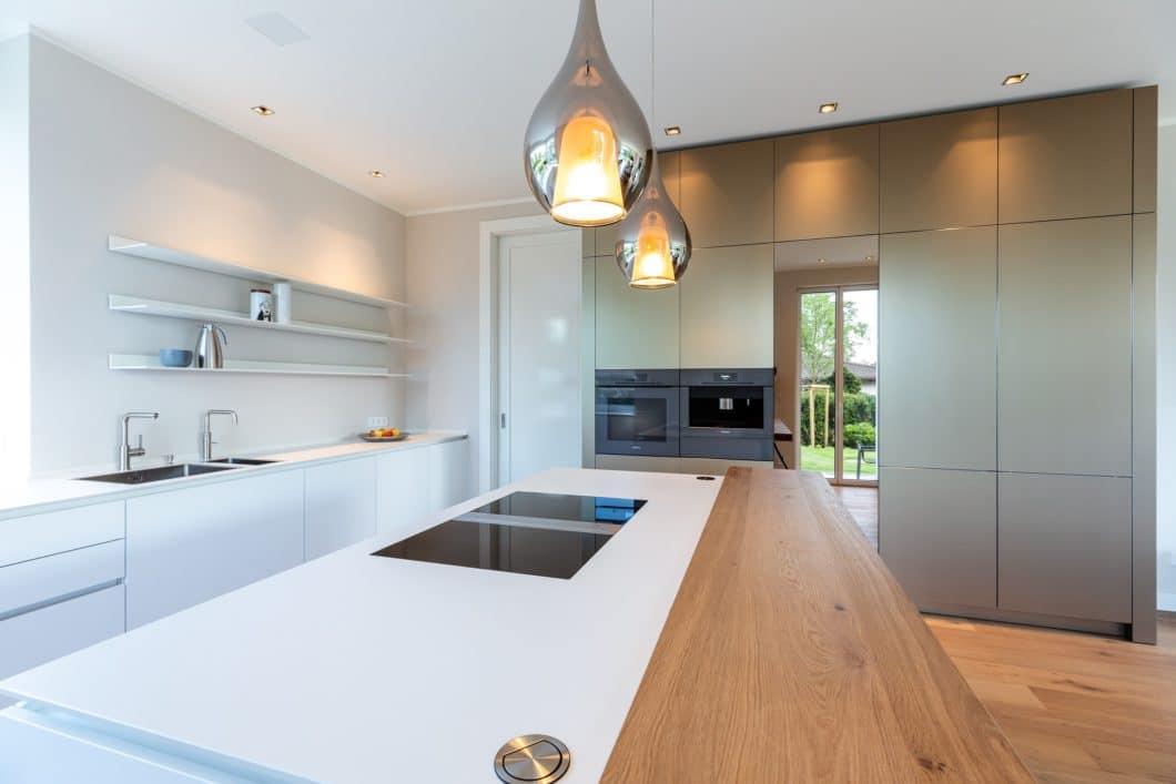 Design, Minimalismus und das gewisse (glänzende) Extra perfekt vereint: eine Küche aus Metall und Mattlack von Lang Küchen aus Pfungstadt. (Foto: Lang Küchen & Accessoires)