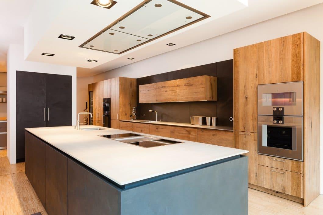 Die Traumvorstellung eines modernen Küchenkäufers: eine Küche im Industrial Look, die mit warmem Altholz und puristisch-kühlen Betonfronten geplant ist. Für 2019 kommt ein weiterer Trend hinzu, der hier schon verbaut wurde: Beton als hochwertige Arbeitsplatte. (Foto: Lang Küchen & Accessoires)