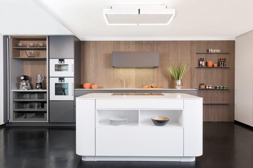 Ein Pocket-Schrank, also ein Schrank mit extra Abstellfläche, bietet Platz für Küchenkleingeräte, die den wertvollen Platz auf der Arbeitsplatte freigeben. (Foto: Lang Küchen & Accessoires)