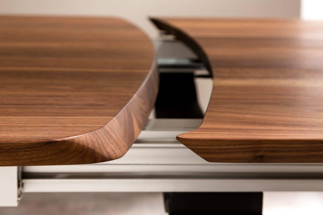 Individuell gefräste Esstische mit Ausziehfunktion können aufgrund modernster Fertigungstechnologie von LaVida auf die Wünsche des Kunden angepasst werden. (Foto: LaVida)