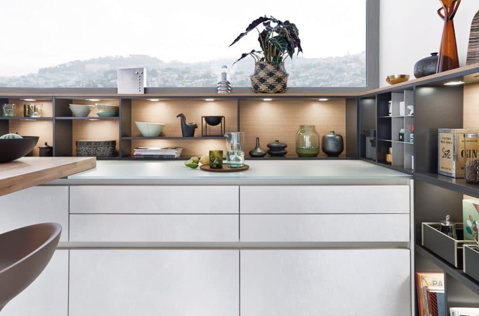 Die Concrete Dakar zieht alle Blicke auf sich mit Beton in abgetöntem Weiß für die Küchenfronten und gehärtetem Glas für die Arbeitsoberflächen. Küche: Leicht