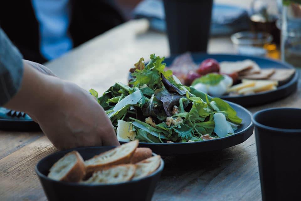 """""""Geht mal wieder öfter raus!"""" scheint KINTO seinen Kunden zuzurufen. Ein Picknick im Freien, das geht dank des japanischen Geschirr-Herstellers auch in Farbe und Ästhetik. (Foto: KINTO)"""