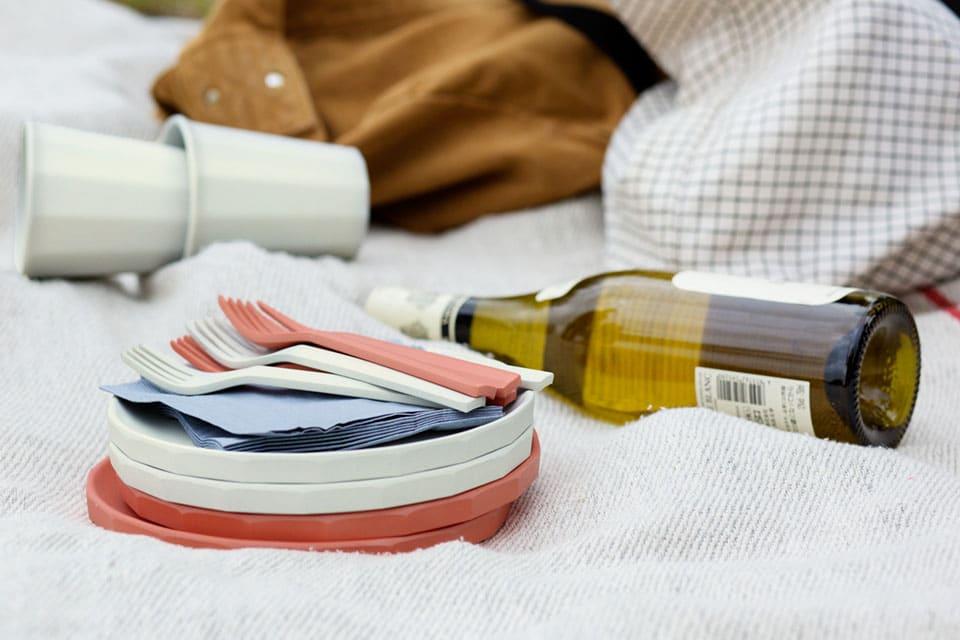 Die weißen, schwarzen und rostroten Teller und Tassen sind leicht stapelbar, standfest und und stoßsicher. (Foto: KINTO)
