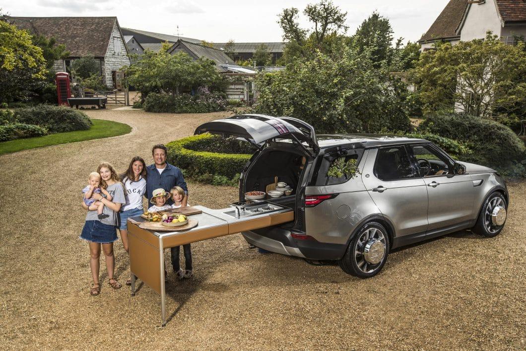Ein ausklappbarer Arbeits- und Esstisch versteckt sich im 2.500 l fassenden Kofferraum: Hier kann Jamie auch unterwegs mit seiner Familie kochen und essen. Theoretisch. (Foto: Land Rover)
