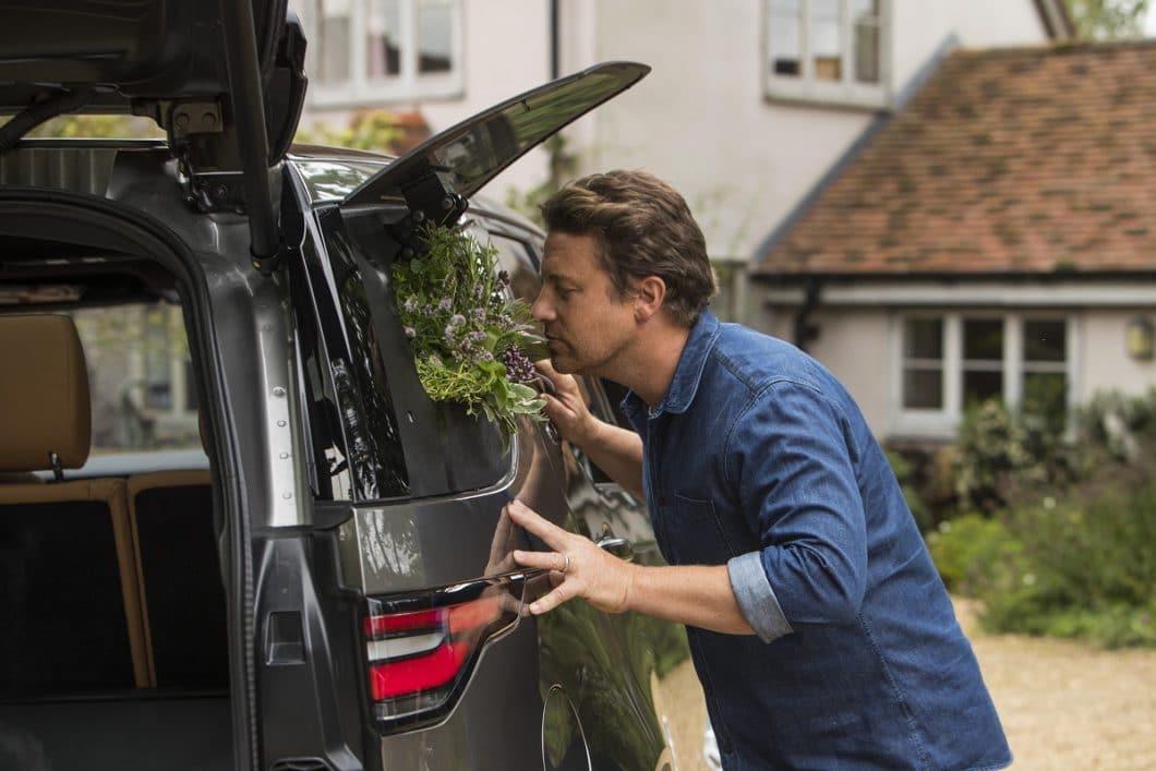 Sogar frische Kräuter und Gewürze lassen sich in dem Spezialmodell von Jamie Oliver anbauen - und übers Heckfenster ernten. (Foto: Land Rover)