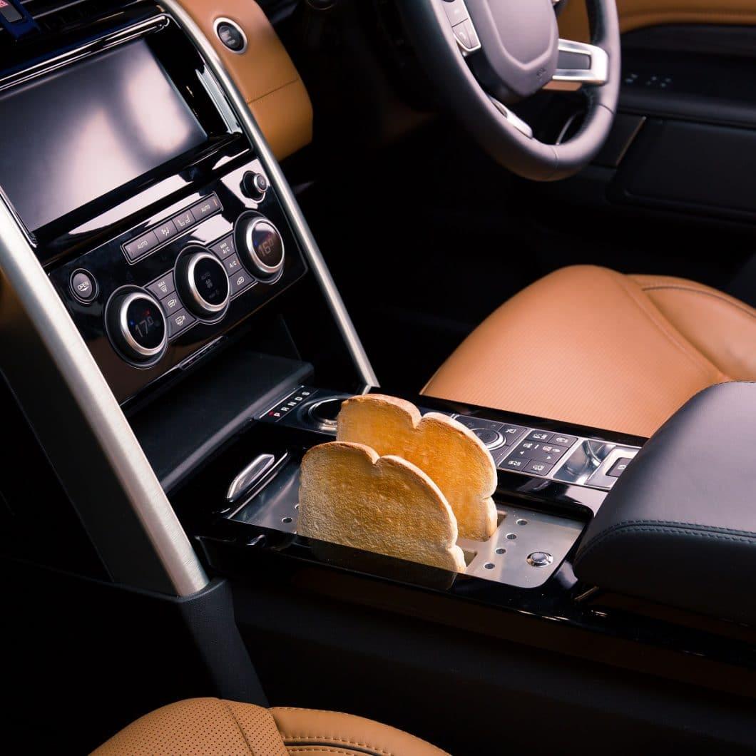 Ein Toaster in der Mittelkonsole, Marmelade im Handschuhfach und Salz und Pfeffer im Schaltgetriebe: Auf raffinierte Weise hat das Land Rover-Team Jamie Olivers Wünsche nach einem fahrbaren Untersatz für seine Küche umgesetzt. (Foto: Land Rover)