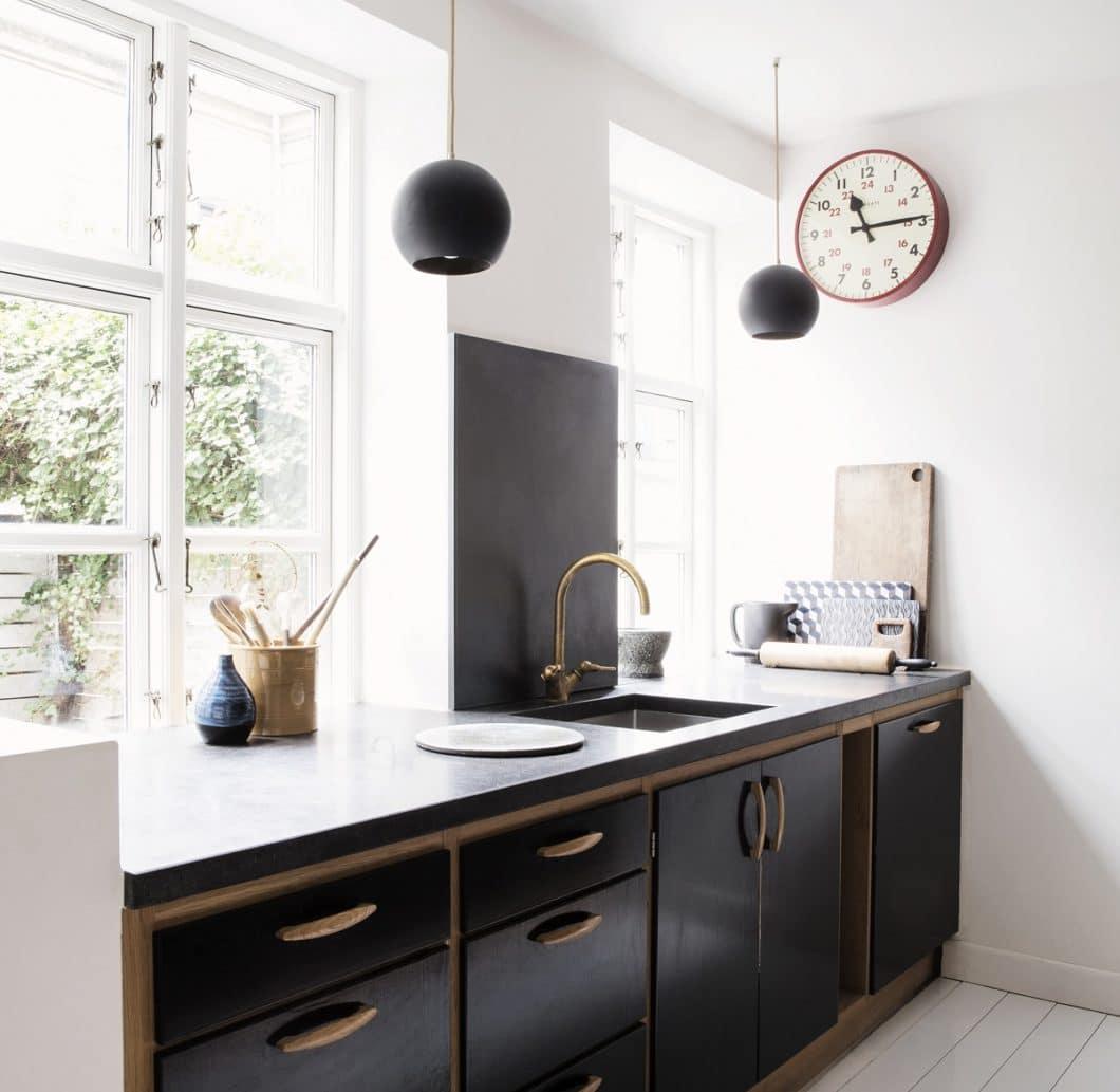 Es muss nicht immer ein aufwändiger Gegensatz sein: eine Küchenrückwand, die mit den Farben der Fronten und Accessoires harmoniert, setzt ebenso wirkungsvolle Akzente. (Foto: Made a Mano)