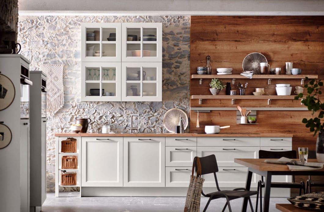 Der Landhausstil ist eine traditionelle Form der Küchengestaltung. Heutzutage erhält er aber einen leichtfüßigen und wohnlichen Feinschliff, der ihn für viele Kunden wieder attraktiv macht. (Foto: Häcker)