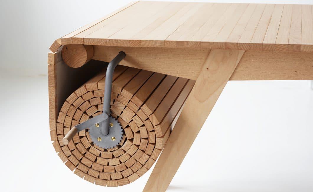 Mithilfe einer Kurbel lässt sich das helle Birkenholz des Designertischs zügig ein- und ausrollen: Für bis zu 2 1/2 Meter mehr Esstisch. (Foto: Marcus Voraa)