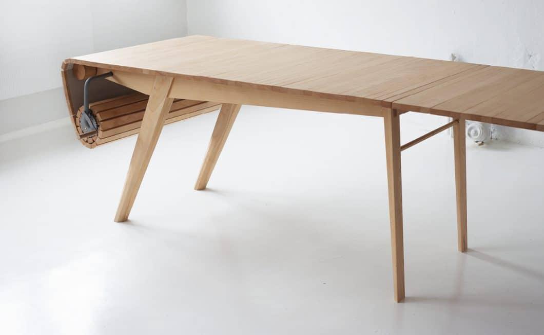 """Der Roll Out Table symbolisiert auch die Unendlichkeit des Internets, die immer mehr Menschen in sozialen Webforen """"an einem Tisch versammelt"""" - sowas geht auch in der realen Welt, findet Voraa. (Foto: Marcus Voraa)"""