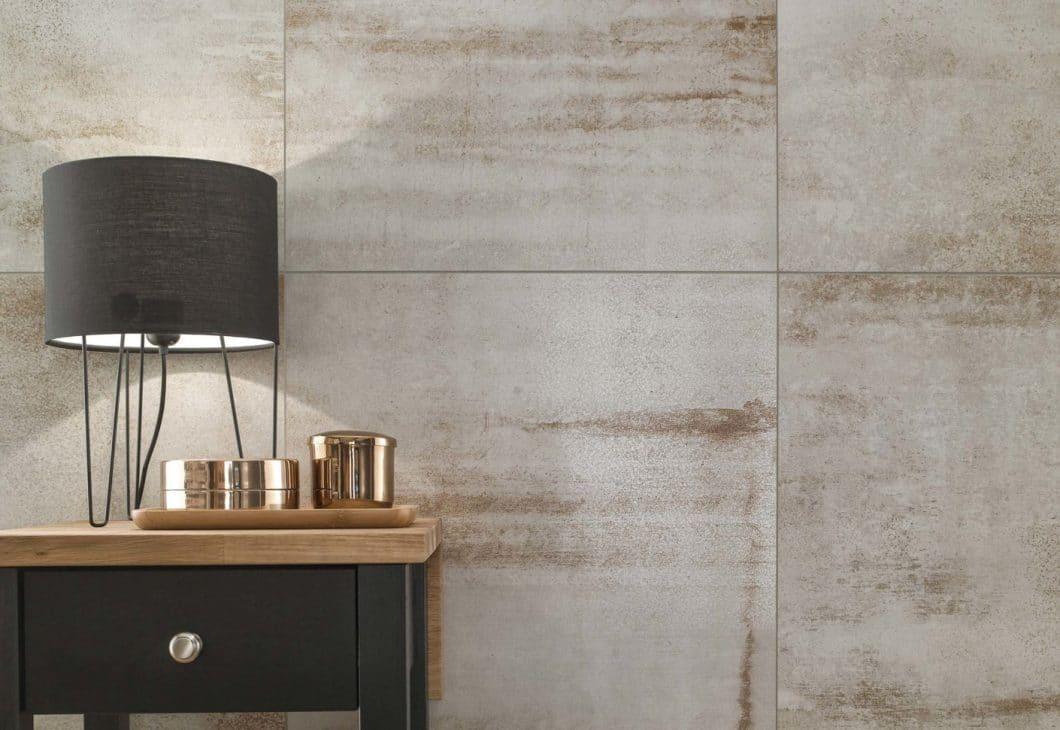 """Liegt voll im Trend: Die Küchenfliesen """"Metallic Illusion"""" reagieren auf den anhaltenden Beton-Trend in der Küche. Sie können stilbildend an Wand und Boden eingesetzt werden. (Foto: Villeroy & Boch)"""