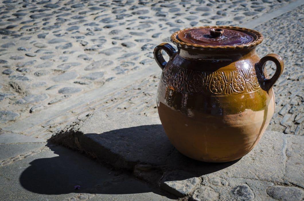 In Mexiko sind Tontöpfe ein fester Bestandteil der traditionellen Küche. Gekocht wird in kleinen und großen Tontöpfen, bauchigen und ovalen Gefäßen, auf offenem Feuer oder in modernen Backöfen. (Foto: Damian/stock)