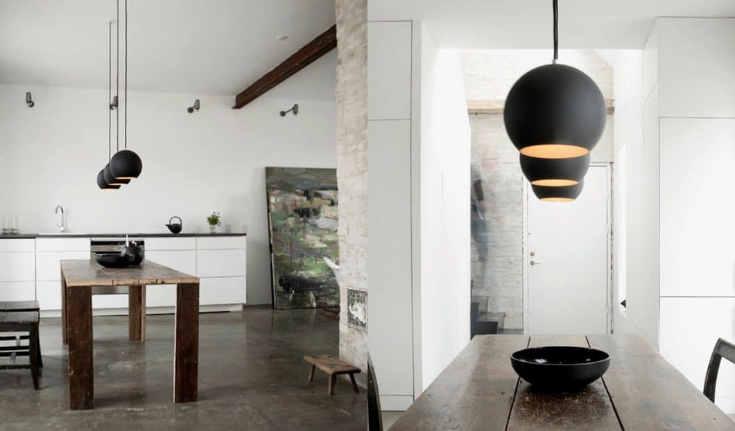 Ein wichtiges Licht in der Küche ist das Atmosphärenlicht, das für den Esstisch genutzt wird und mit weniger Lux harmonisch und beruhigend wirkt. Es steht in Ergänzung zu den viel helleren Arbeitslicht-Leuchten. (Foto: Verner Panton)