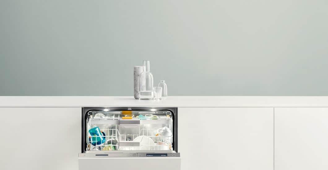 Blitzeblank und neu: eine Küchenrenovierung kann schon in kleinen Teilen - sei es für eine neue Arbeitsplatte oder ausgetauschte Geräte - einem Küchenraum gut tun. (Foto: Miele)