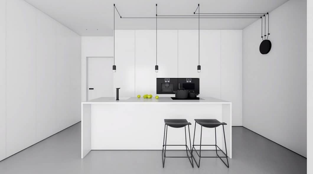 Das standardisierte Lieblingsbild der Deutschen: Eine weiße, puristische Küche, die mit schwarzen Elementen spielt und sich ansonsten zurückhaltend in den Raum einfügt. Um es wohnlicher zu machen, werden bunte Accessoires genutzt. (Visualizer: Inuti)