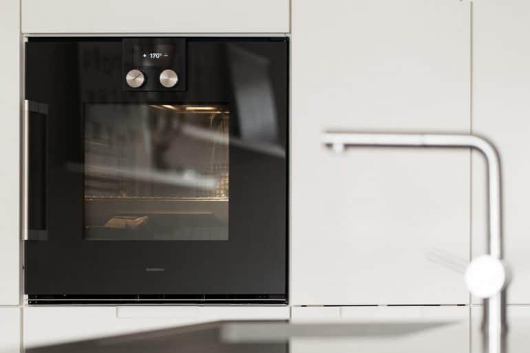 """Mit neuen hochwertigen Geräten macht es gleich doppelt so viel Spaß, in der """"alten"""" Küche zu kochen - dank der Innovationsfreudigkeit von Geräteherstellern wie Gaggenau, Miele und Siemens. (Foto: bespoke.eu)"""