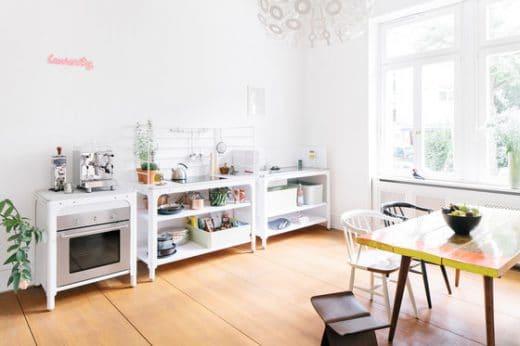 Der schmale Grat zwischen fröhlicher Lässigkeit und drohender Unordnung: Wer eine Modulküche mit offenen Schränken hat, muss eben ab und an aufräumen und dekorieren. (Foto: n by Naber Concept Kitchen)
