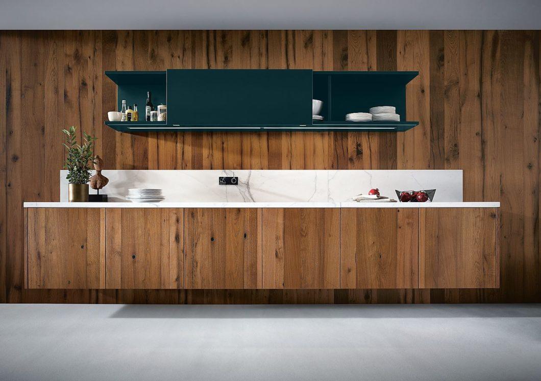 Holz ist ein beliebter Werkstoff im Küchendesign. Um mehr Nachhaltigkeit in der Küche zu erzeugen, sollte auf Gütesiegel beim Kauf von Möbeln geachtet werden. (Foto: next125)