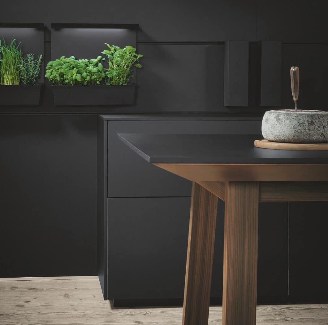 Für seinen Kochtisch setzt next125 auf einen äußerst hochwertigen, ästhetischen Materialmix: Widerstandsfähiges Fenix als Arbeitsplatte, kombiniert mit Lärche geräuchert gebürstet (Bild) oder wahlweise auch Asteiche, Tanne oder Nussbaum. (Foto: next125)