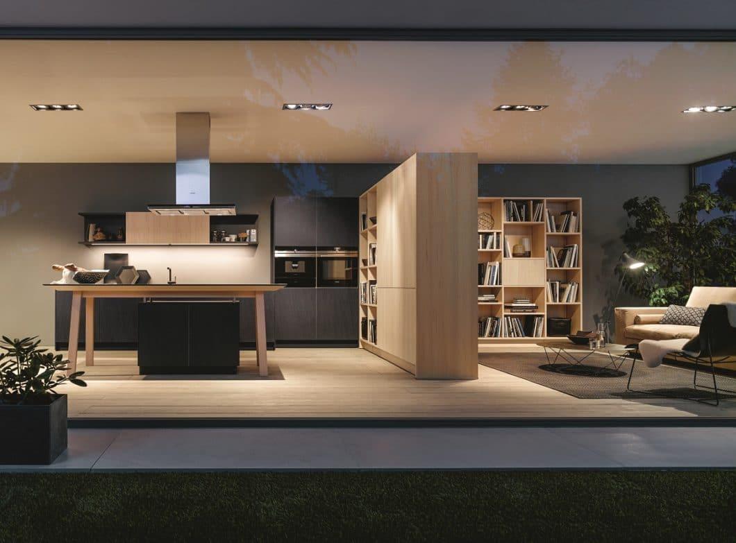 """Mit einem Regal, das von Wohnraum und Küche aus bestückt und benutzt werden kann, schaffen Sie eine sanfte Trennung des """"Nassbereichs"""" und des Ess- oder Sitzplatzes. (Foto: next125)"""
