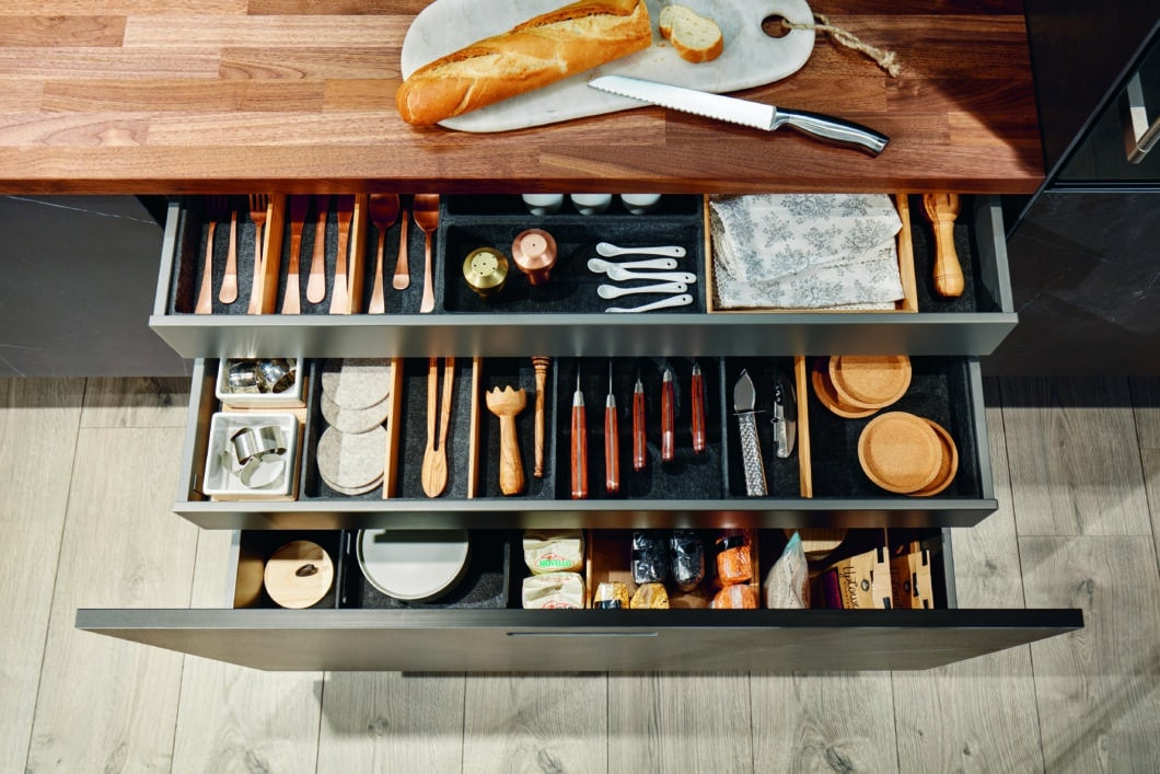 Eine durchdachte Anordnung im Inneren der Schubladen sorgt dafür, dass auch in kleinen Küchenräumen alles seinen Platz findet. next125 setzt dafür auf Flexboxen aus Echtholz oder Formvlies. (Foto: next125)