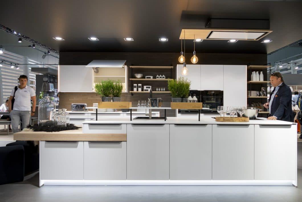 Nobilia zeigt auf der EuroCucina 2018 gleich 2 Evergreens der deutschen Küchenbranche: Eine weiße Küche im Industrial Style. Schwarze Streben, nackte Glühlampe, ein paar Grünpflanzen - voilà! Der Küchenraum ist wunderschön, aber auch: seiner Konkurrenz sehr ähnlich. (Foto: Saverio Lombardi Vallauri)