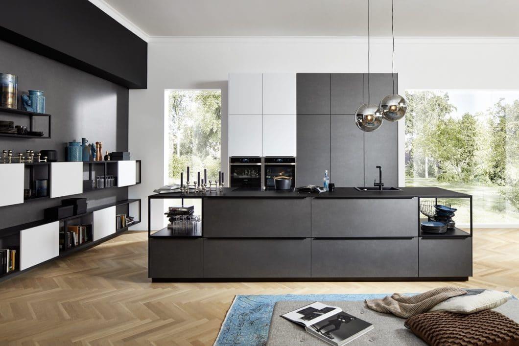 nolte traut sich: das Unternehmen bietet moderne Küchen mit Innovationen wie Blaustahl oder komplett verglasten Inselkorpussen an. (Foto: nolte)
