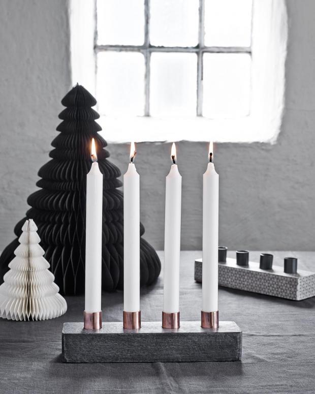 """Ein typischer skandinavischer Advents""""kranz"""": Die rechteckige Form mit 4 Kerzen nebeneinander. (Foto: schoenerwohnen)"""