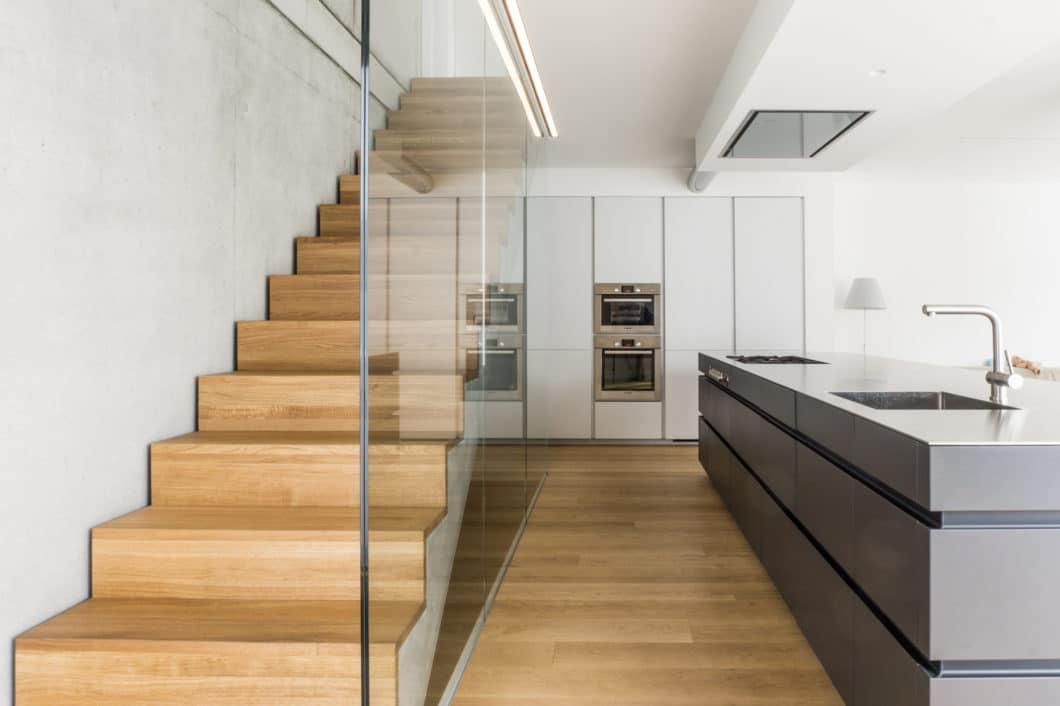 Küchen, die raumhoch oder zumindest flächenbündig per Trockenbauwand mit der entsprechenden Küchenwand abschließen, sorgen für viel Stauraum und passen sich trotz ihrer Größe harmonisch in den Raum ein. (Foto: Die Küche - Marc Boehlkau)