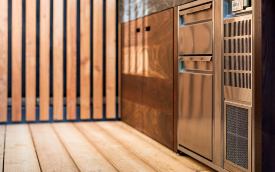 Kühlschübe, Edelstahl-Teppan Yakis, Spüleinheiten: die professionelle Outdoorküche steht einer Einbauküche in nichts nach. (Foto: OCQ Outdoorküchen)