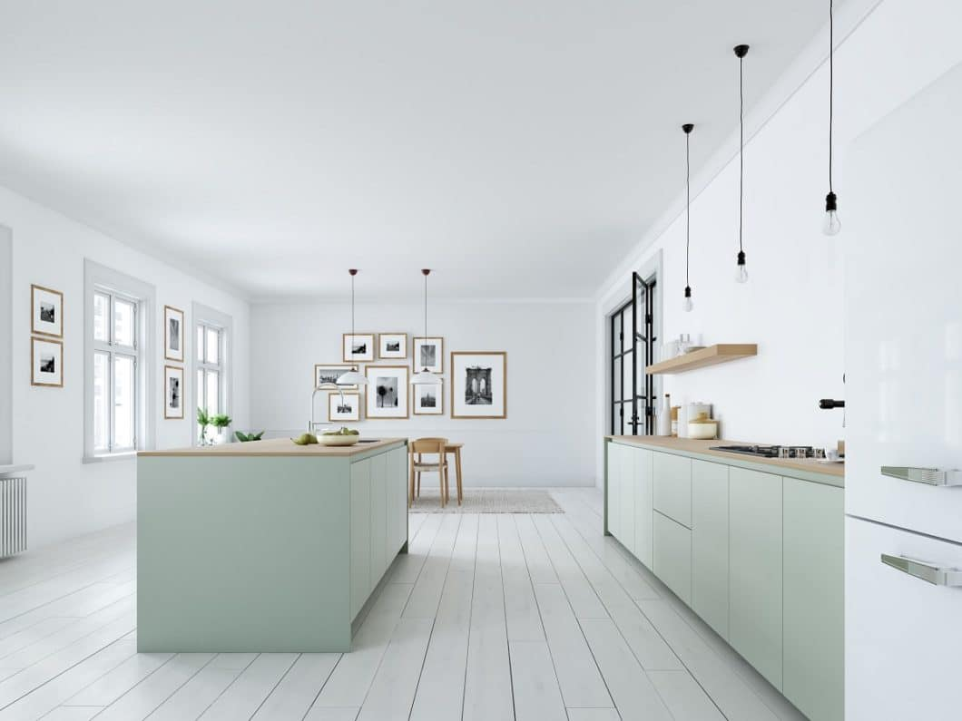 Viele Küchenstile überschneiden sich heutzutage. Skandinavische Küchen können beispielsweise Elemente der puristischen Küche (grifflos, rahmenlos, flächenbündig) und des Industrial Styles (Stahlleuchten, schwarze Töne) innehaben. Sie selbst sind oft in pastelligen Farben gehalten. (Foto: stock adobe/ 2mmedia)